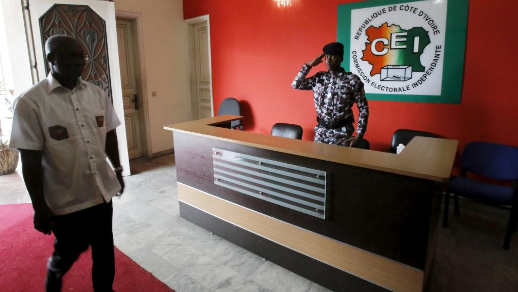 A soldier at the Ivorian Electoral Commission salutes a visitor (photo credit: RFI)