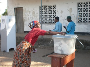 A woman votes in the 2009 Malawi elections (photo credit: Kundambiche Kazembe/Flickr)