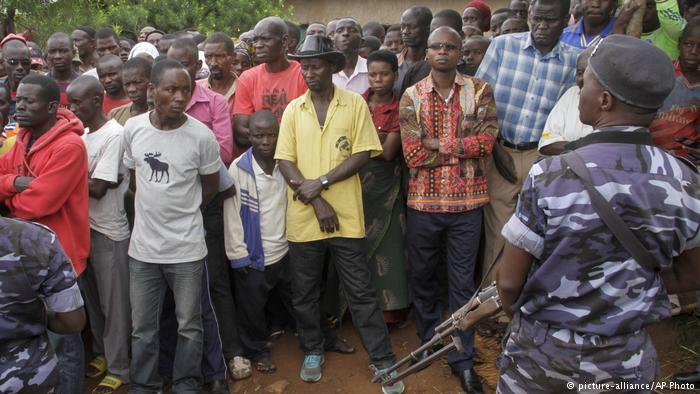 Burundians before the upcoming referendum (photo credit: picture-alliance/AFP Photo)