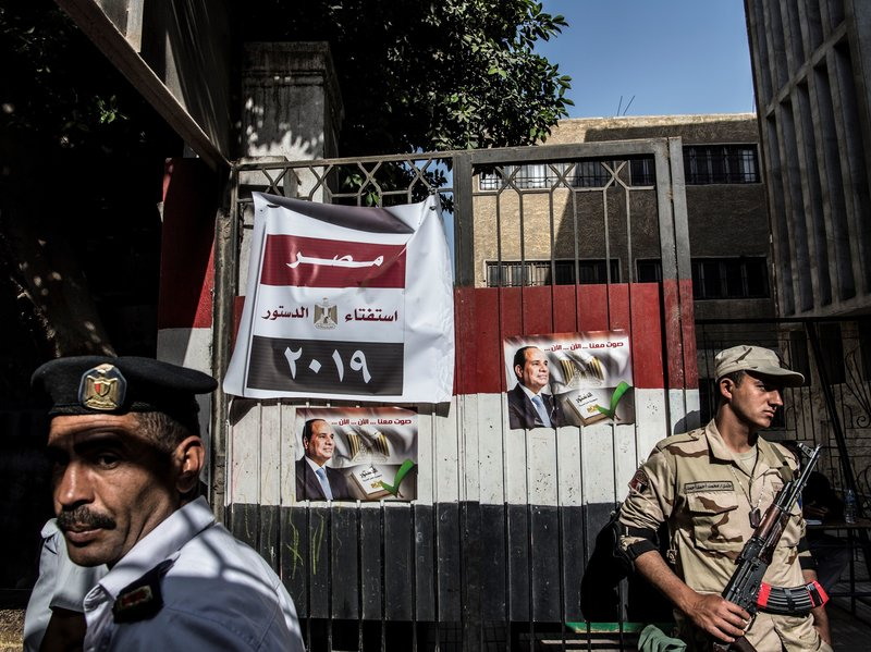 Egyptian soldier and policeman guarding a polling station (photo credit: Khaled Desouki /AFP/Getty Images)