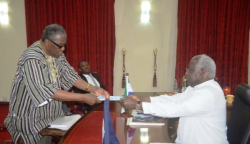 Edmond Cowan, head of the CRC, sharing draft report with President Koroma (photo credit: The Sierra Leone Telegraph